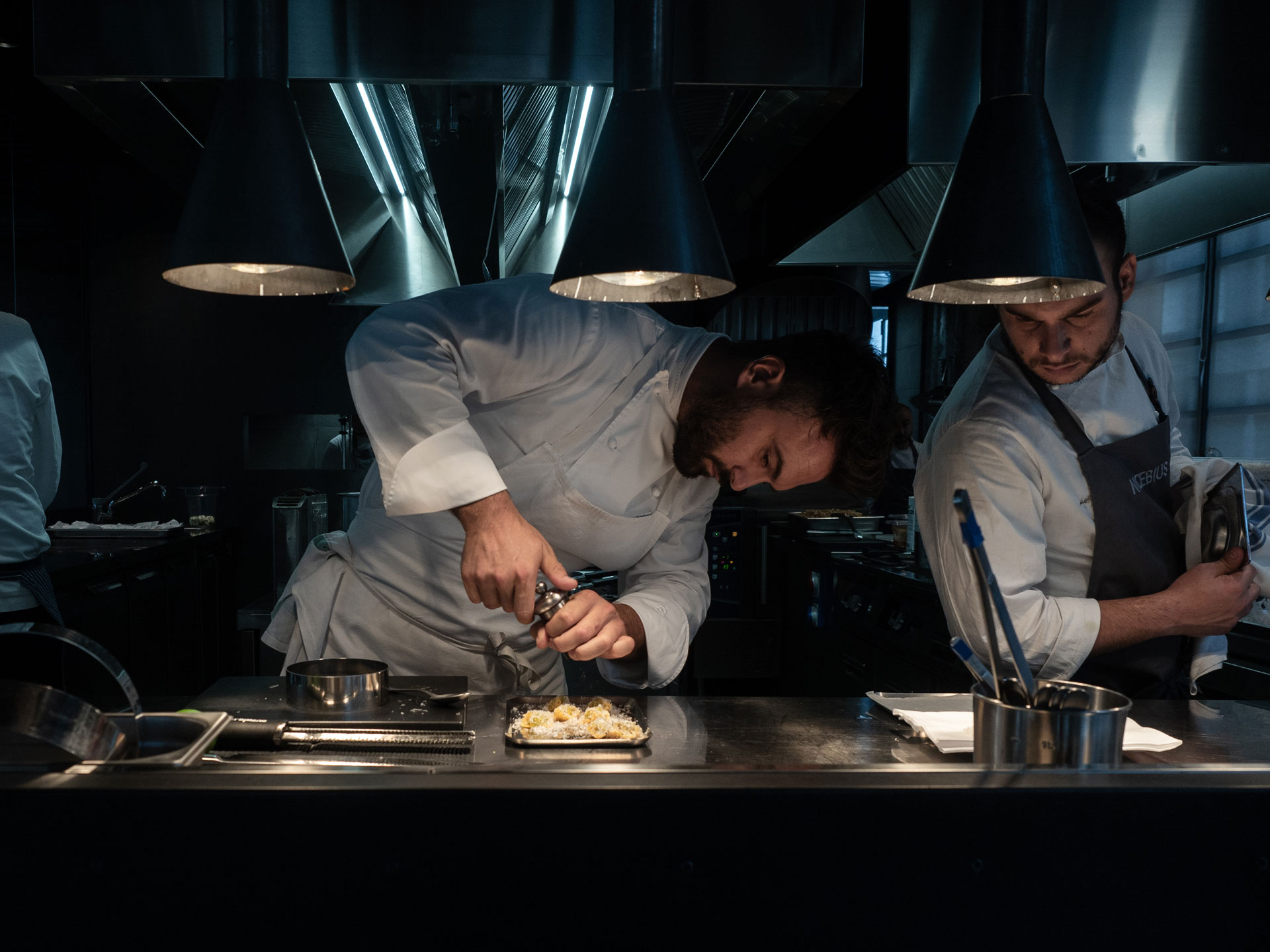 Chef enrico Croatti impiatta nella cucina del suo ristorante a Milano