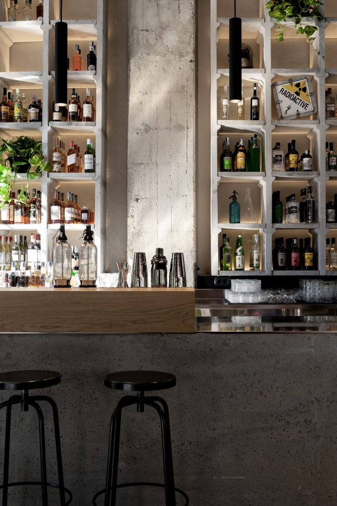 spazio di design in cemento per eventi mixology a Milano